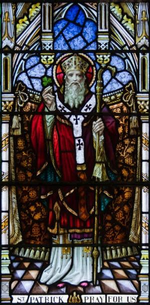 Vidriera del Santo. Iglesia de Nuestra Señora Stella Maris y San Patricio, Goleen, County Cork, Irlanda.