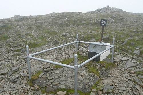 El punto más alto de Croagh Patrick (764 metros) está en el fondo. Lugar de peregrinación en Irlanda.