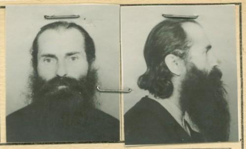 Fotografía del padre Arsenio en su ficha de prisionero en la cárcel comunista.