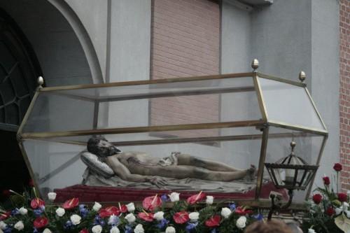 Vista de la escultura de Gregorio Fernández sacada en procesión dentro de una urna.