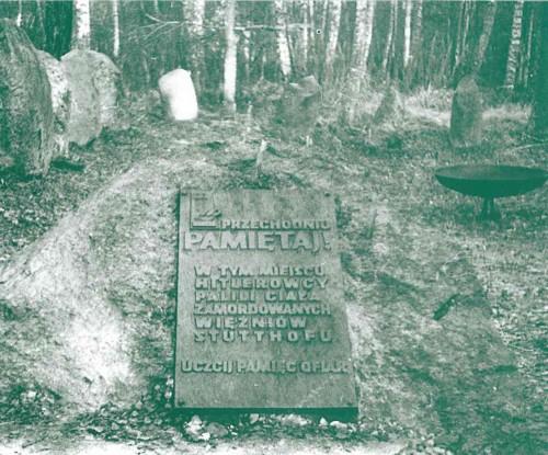 """Fosa común donde yace el cuerpo de la Beata, junto con las demás víctimas del tifus. La placa dice en polaco: """"En este sitio están sepultados los presos asesinados de paludismo. Stutthof. Honremos la memoria de las víctimas""""."""