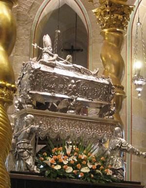 Urna del Santo en la catedral de Gniezno (Polonia).