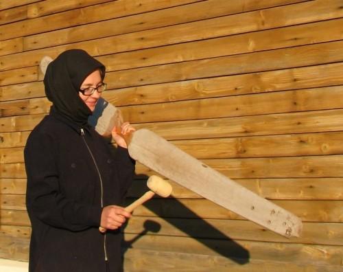 Monja ortodoxa llamando a las otras monjas, tocando el simandrón.