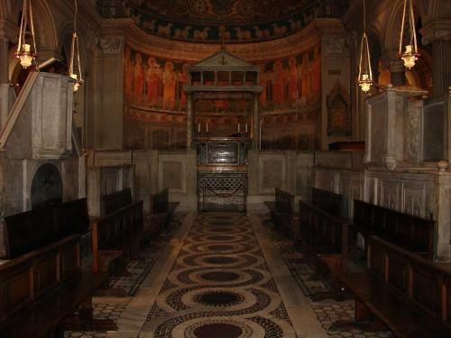 Vista de la zona del presbiterio. Bajo el altar se conservan las reliquias de los Santos Clemente e Ignacio.