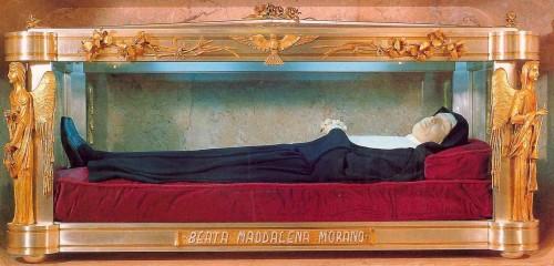 Urna con la figura yacente que guarda los restos de la Beata.