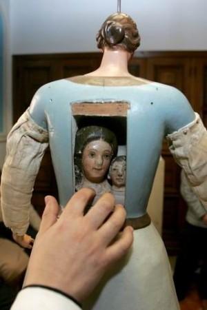 Vista de las cabezas originales de la imagen, conservadas cual relicario en la espalda.