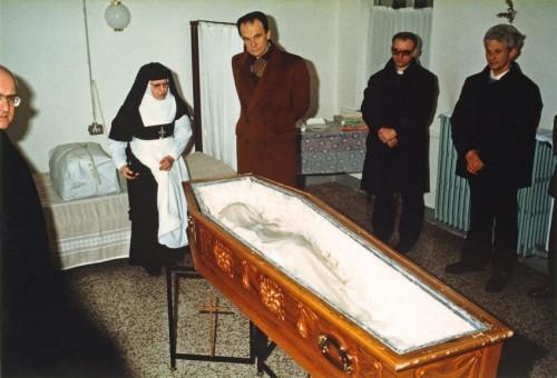 Reconocimiento de los restos para la beatificación.