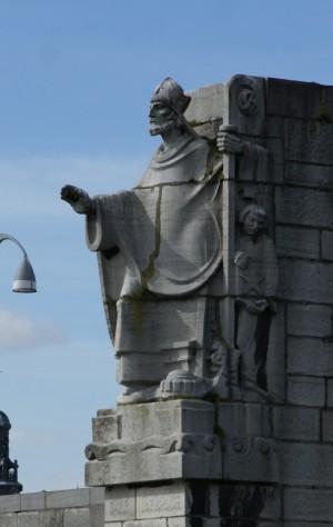 Escultura contemporánea del Santo, obra de Charles Vos (1934), en el puente de San Servacio, Maastricht (Holanda).