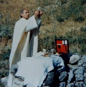 El Beato, celebrando misa al aire libre en un campamento juvenil.