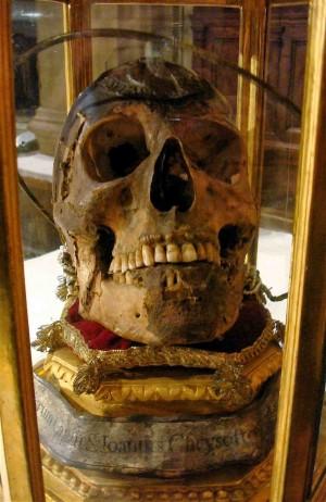 Cráneo del Santo venerado en la catedral de Florencia (Italia).