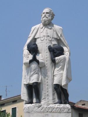 Escultura contemporánea del Santo en Verona (Italia).