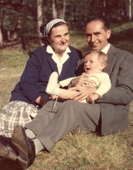 Fotografía de la Santa con su marido y uno de sus hijos.