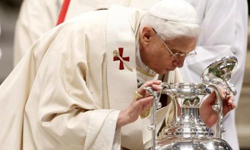 El Papa Benedicto XVI insufla su aliento sobre el crisma.