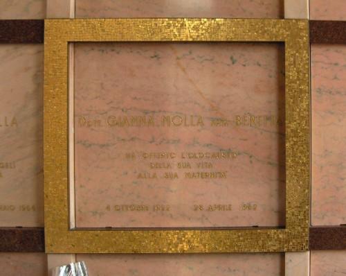 Lápida del sepulcro de la Santa, en la cripta del cementerio.