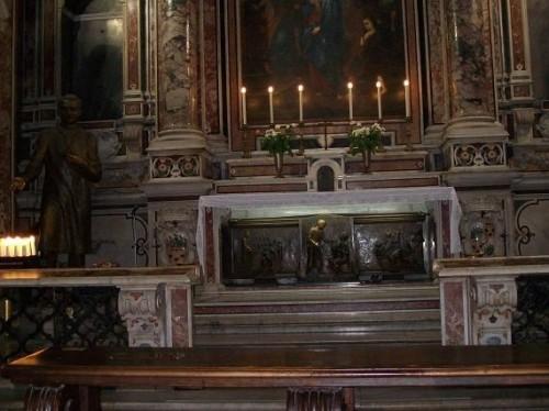 Vista del altar con el sepulcro del Santo.