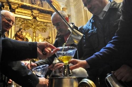 Reparto de los santos óleos para las respectivas parroquias.