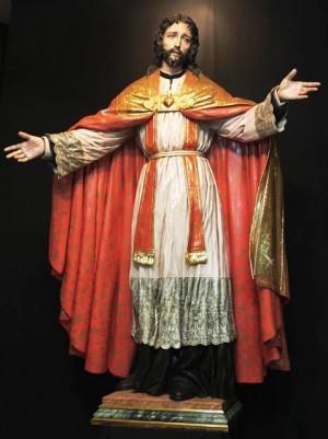 Cristo, sumo y Eterno Sacerdote, obra de Francisco Romero Zafra (2011). Seminario de Córdoba (España). Aparece revestido con alba, estola, cíngulo y capa pluvial.