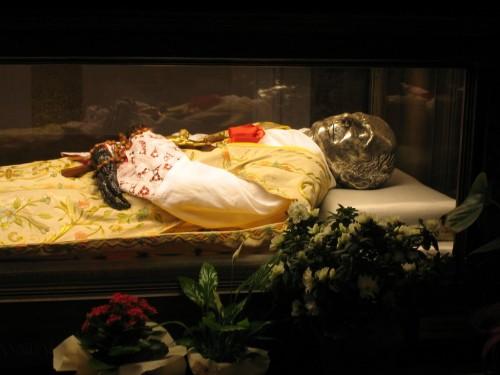 Urna con los restos del Santo.