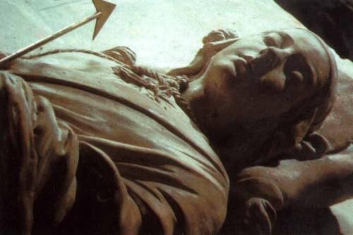 Detalle del sepulcro de Santa Cristina en su basílica de Bolsena, Italia. La imagen yacente es obra de Benedetto Buglioni.
