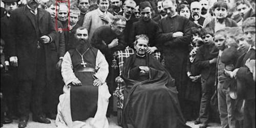 Fotografía de la visita de San Juan Bosco a Barcelona (España). La Venerable aparece remarcada en rojo.
