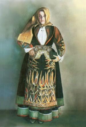 Fotografía coloreada de la Beata, luciendo el traje tradicional de las mujeres sardas.