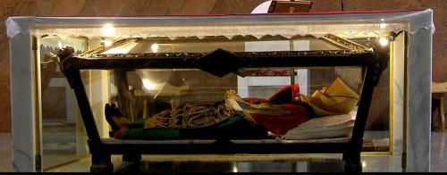Urna con la figura que contiene los restos de la Beata, vestida con el traje tradicional sardo. Parroquia de Orgosolo, Cerdeña.