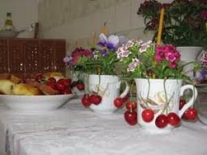 Tradicionales ofrendas de cerezas y flores con ocasión de la fiesta de Pentecostés rumana.
