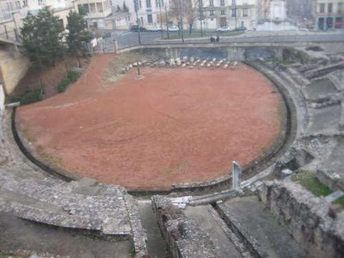 Ruinas del anfiteatro de las tres Galias, en Lyon (Francia). Lugar del martirio de Blandina, Atalo, Póntico, Alejandro, Maturo y Santo. El poste de madera ha sido colocado en la actualidad como memoria a su sacrificio.