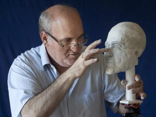 Un científico cretense reconstruyendo la forma del cráneo del santo.