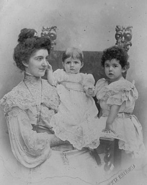 Fotografía de la Sierva de Dios con sus dos hijas, Yolanda y Mafalda.