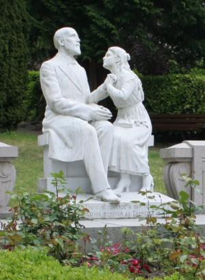 Escultura del Beato con su hija, Santa Teresita, rememorando el momento en que le pidió ingresar en el Carmelo.
