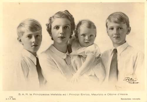 La princesa Mafalda de Saboya con sus tres hijos, los príncipes Enrique, Mauricio y Otón de Assia.