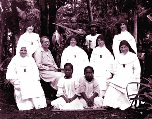 La Beata con su hermana Lola y otras misioneras.