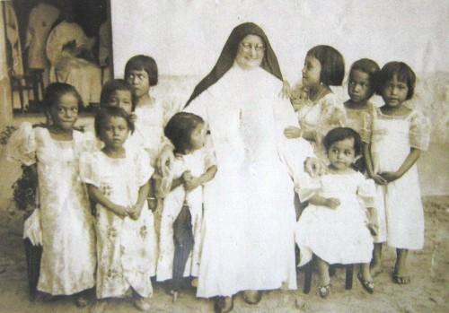 La Beata, ya anciana, fotografiada con las niñas de una misión.