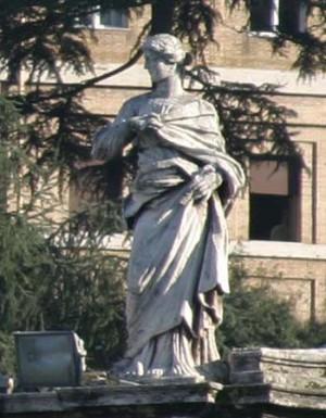 Escultura de Santa Viatrix en la balaustrada de la plaza de San Pedro del Vaticano, Roma (Italia).