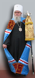 Obispo revestido con una mantiya azul.