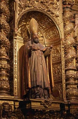 Escultura de San Laureano en el retablo de su capilla en la catedral de Sevilla, España.