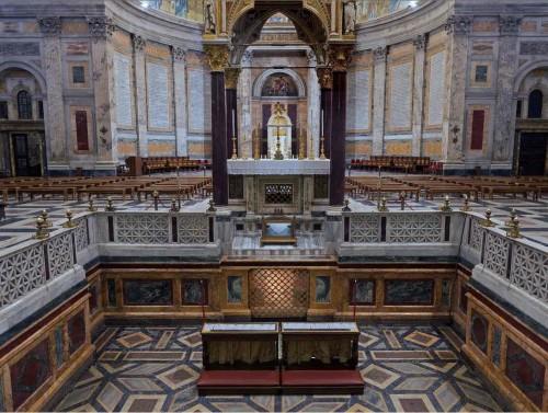 Interior de la Basílica (se ve la tumba y el altar). Roma, Italia.
