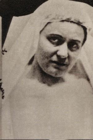 Edith fotografiada en 1922, vestida de blanco para su bautismo.
