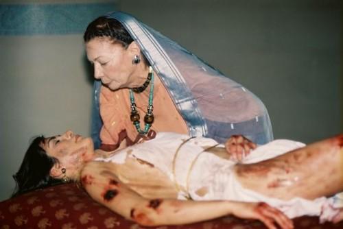 Una de las escenas eliminadas de la película: Elena -¿Santa Elena?- (Jean Marlow) lava y unge el cuerpo la Santa (Nicole Keniheart).
