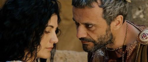 El emperador Majencio (Julien Vialon) está obsesionado con Catalina (Nicole Keniheart), quien lo rechaza.