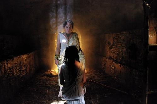 Otra de las escenas eliminadas de la película: la emperatriz Vita (Samantha Beckinsale) visita a la Santa en prisión.