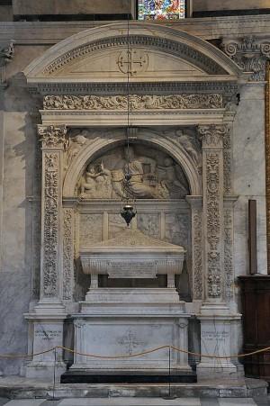 Tumba de los santos Nicodemo, Abibo y Gamaliel en la catedral de Pisa, Italia.