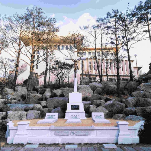 Tumba de los Beatos Pedro Yi, Lucas Gim y Jacobo Heo en Daegu, Corea.