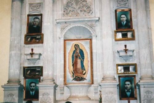 Altar con los sepulcros de los mártires.