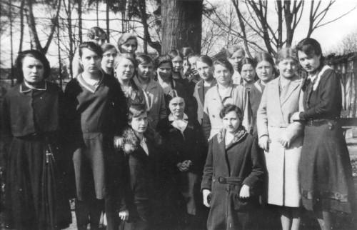 Edith -en el centro, vestida de negro- con sus alumnas de Speyer.
