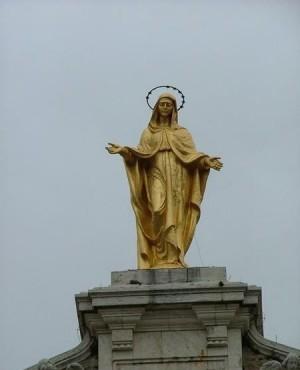 Imagen de la Virgen sobre la fachada de la Basílica de la Porciúncula, Asís (Italia).