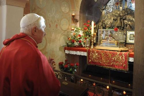 El Papa Benedicto XVI reza ante la reliquia del cráneo del santo.