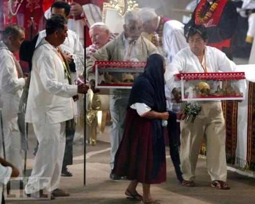 Traslado de las reliquias en la ceremonia de beatificación.