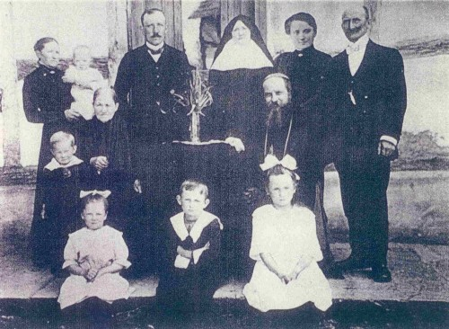 En la foto aparece el obispo abad Bonifacio Sauer.